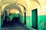 Zabytkowy korytarz starej kamienicy